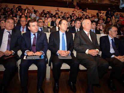Juan Carlos Escotet, en el centro, con varios directivos del banco, y el expresidente José María Castellano, a la derecha.