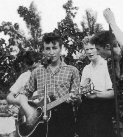 Un adolescente John Lennon lidera su banda The Quarrymen en una imagen de 1957.