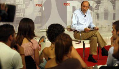 El secretario general del PSOE, Alfredo Pérez Rubalcaba, observa al líder de las Juventudes Socialistas, Nino Torre, durante un acto con esta organización.