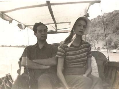 Octavio Paz y Elena Garro durante un paseo en el lago de Chapala, Jalisco, en 1938.