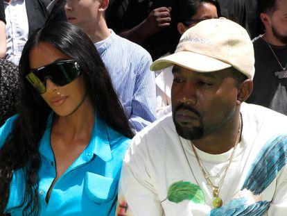 Kim Kardashian y Kanye West este jueves en el desfile de Louis Vuitton en París.