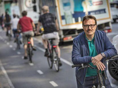 El concejal de Movilidad Sostenible del Ayuntamiento de Valencia, Giuseppe Grezzi, en uno de los carriles bici de la ciudad.