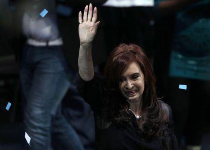 La presidenta de Argentina, Cristina Fernández de Kirchner saluda a sus seguidores en Buenos Aires.