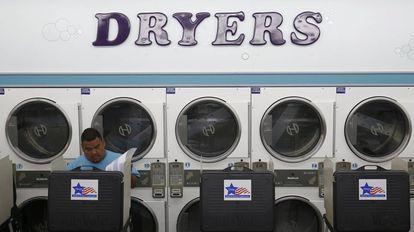 Un votante ejerce su derecho al voto en una lavandería, en Chicago (EE UU)