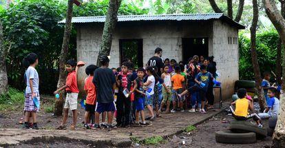 Estudiantes hacen cola para recibir su almuerzo en la escuela Silvia Rivera de García, en Comapa (Jutiapa, Guatemala).