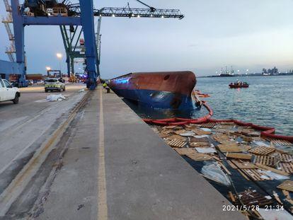 El buque 'Nazmiye Ana', tras volcar en el puerto de Castellón, el 28 de mayo.