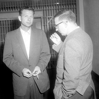 Eatherly, a la izquierda, con un periodista, en 1959.