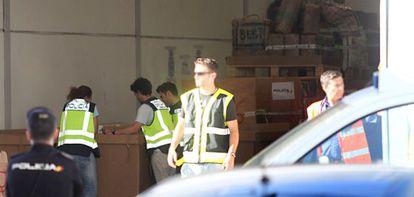 La policía, durante la operación en la que hallaron dos camiones con diez toneladas más de droga en Córdoba, el pasado 10 de mayo.