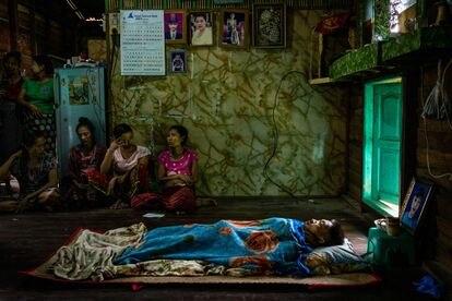 El cuerpo de Kyaw Htet Aung, de 19 años, asesinado a tiros por las fuerzas de seguridad, yace en su casa durante su funeral en el municipio de Dala el 27 de marzo de 2021 en Yangon, Myanmar.