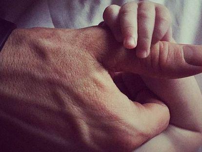 La imagen más tierna que Ryan Reynolds ha compartido hasta la fecha. En ella, su hija James aparece agarrando la mano del actor.