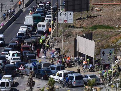 Cientos de los llamados coches patera en la frontera de El Tarajal, en Ceuta, esperan para pasar la frontera con Marruecos.