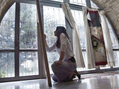 La artista siria Iman Hasbani pinta sobre lienzo en la Residencia de Arte de Aley.