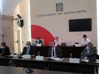 Jordi Pons (sin mascarilla), síndico de cuentas de Cataluña, durante su comparecencia parlamentaria.