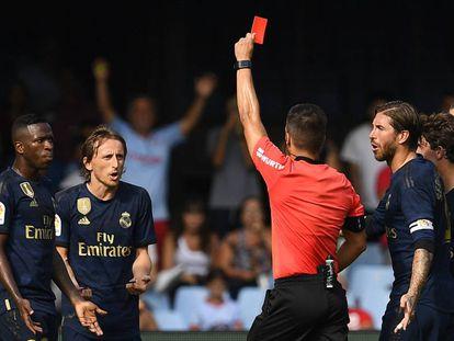 Estrada Fernández expulsa a Modric por pisar el tendón de Aquiles de Denis Suárez.