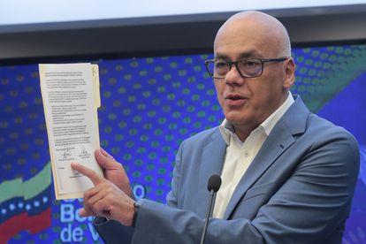El ministro de Comunicación de Venezuela, Jorge Rodríguez, mientras ofrece declaraciones públicas en Caracas.