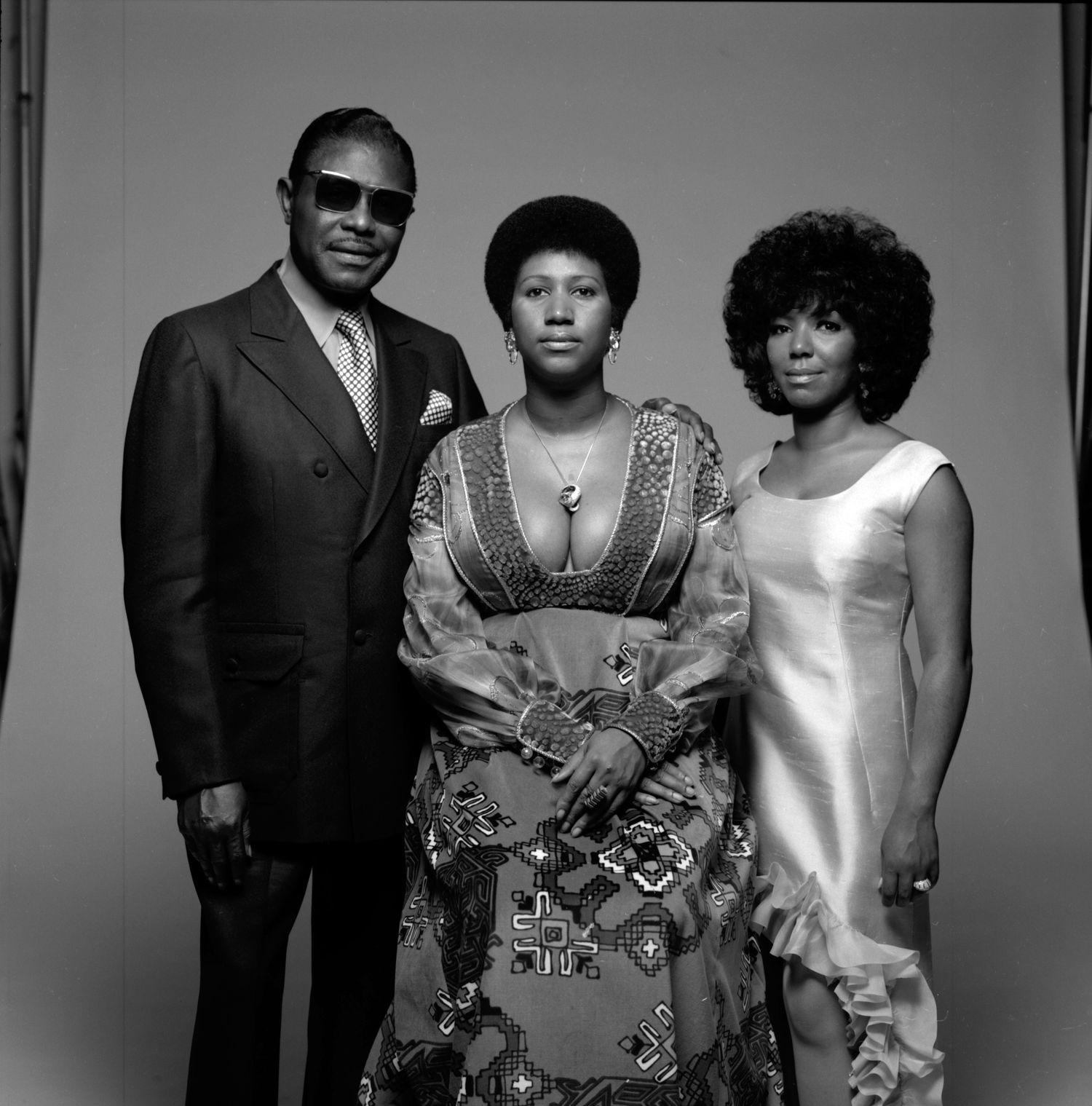 Aretha Franklin (en el centro) con su padre, el predicador C. L. Franklin, y su hermana Carolyn, en nueva York en 1971.