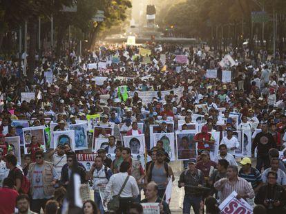 Miles de estudiantes en Ciudad de México en solidaridad con los alumnos de la escuela de Ayotzinapa  desaparecidos.
