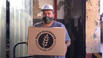 Un trabajador en el banco de alimentos de Los Bajitos, en Buenos Aires.