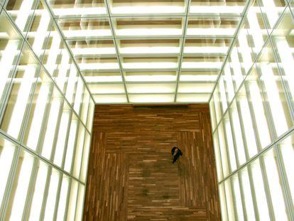 Estructura de acero cubierto de cristal transparente concebida como una linterna que comunica todas las estancias y salas de exposiciones de la ampliación del Museo del Prado.