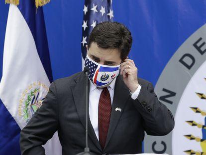 El enviado especial de Estados Unidos para el Triángulo Norte de Centroamérica, Ricardo Zúñiga, participa en una conferencia de prensa durante su visita a El Salvador, el miércoles.