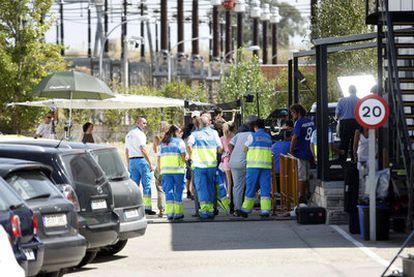 Un grupo de trabajadores del Summa, ayer en el rodaje de la serie <i>Hospital Central</i> en Villaviciosa de Odón.
