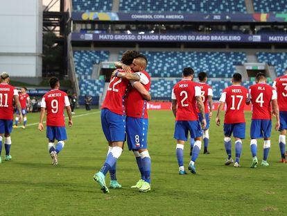 Benjamín Brereton abraza a Arturo Vidal, en el partido entre Chile y Bolivia, en la Copa América.