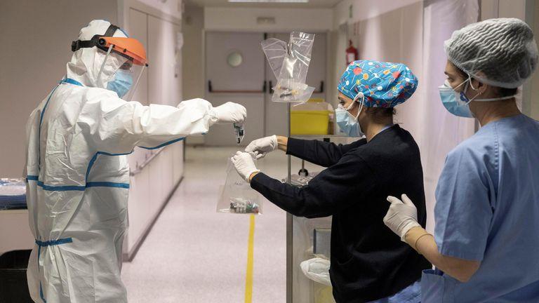 Sanitarios recogían muestras de sangre de un paciente ingresado por coronavirus el 13 de enero en la quinta planta covid del Hospital Reina Sofía de Murcia.