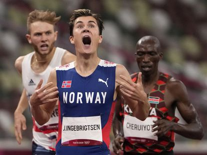 Jakob Ingebrigtsen celebra al cruzar la meta de los 1.500 metros por delante del keniano Tim Cheruiyot y el británico Josh Kerr.
