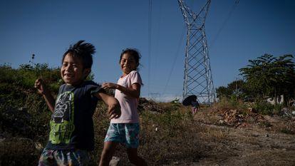 Un par de niños juega en las calles de la Colonia Independencia 2000 en Chiapa de Corzo (Chiapas).