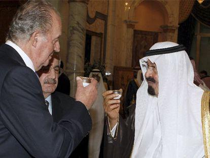 El rey Juan Carlos y el rey saudí Abdullah Bin Abdulaziz toman una taza de té en el palacio real en Yeda (Arabia Saudí) en 2008.