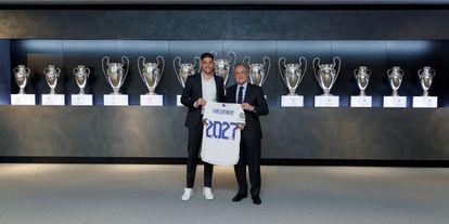 El presidente del Real Madrid, Florentino Pérez, posa junto al centrocampista uruguayo Fede Valverde, tras la renovación de este el martes.