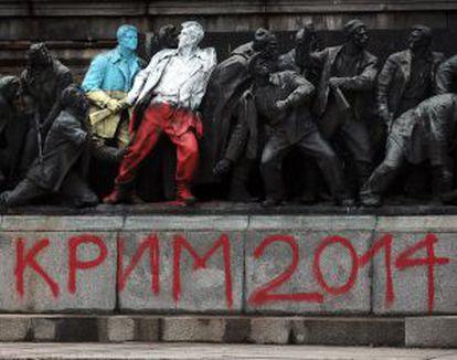 """Pintada """"Crimea 2014"""", en un monumento de la era comunista en Sofía (Bulgaria)."""