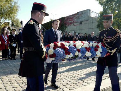 El presidente francés, Emmanuel Macron, deposita una corona de flores junto al puente de Bezons el 16 de octubre cerca de París.