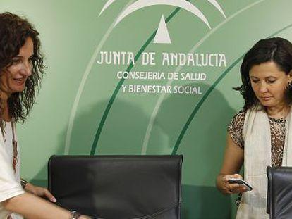 La consejera María Jesús Montero con Natividad Cuende, directora de la Iniciativa en Terapias Avanzadas.