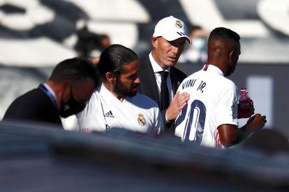 Zidane, con Vinicius, poco antes de que el brasileño sustituyera a Eden Hazard.