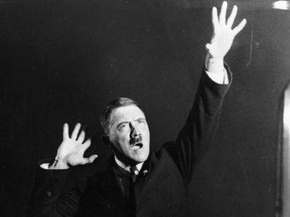 Adolf Hitler durante un discurso en 1925.