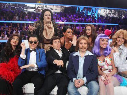 El presentador Manel Fuentes (en el centro), junto a los concursantes de 'Tu cara me suena'.