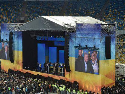 Miles de ucranios observan el debate entre Poroshenko y Zelenski, este viernes en el Estadio Olímpico de Kiev.