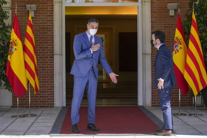 The President of the Government, Pedro Sánchez, greets the President of the Generalitat, Pere Aragonès, at the Moncloa Palace this Tuesday.