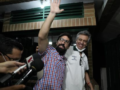 El líder opositor Freddy Guevara (izquierda), junto a su padre, tras salir de la cárcel este domingo.