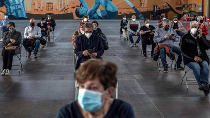 Varias personas esperan sentadas para descartar efectos secundarios tras recibir la vacuna de AstraZeneca el pasado miércoles en Ourense.