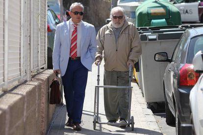 El exalcalde de O Grove Alfredo Bea Gondar se dirige a los juzgados de  Collado Villalba con su andador y acompañado por su abogado.