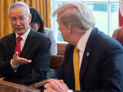 """Trump y el viceprimer ministro chino, Liu He, en una imagen de archivo. En vídeo, EE UU elimina la denominación de China como """"manipulador de divisas""""."""