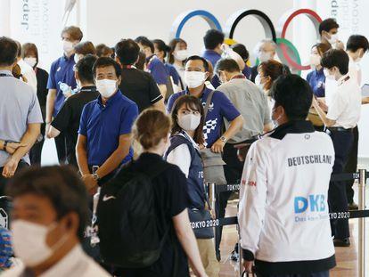 Funcionarios del comité organizador de Tokio 2020 reciben a atletas extranjeros en el aeropuerto de Haneda, en la capital japonesa, este jueves