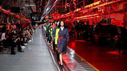 La modelo Mariacarla Boscono lidera el show de Ferrari en Maranello, Italia, el 13 de junio de 2021.