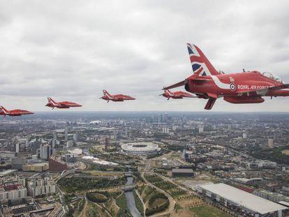 Aviones de combate sobrevuelan Londres en una exhibición de la RFA.