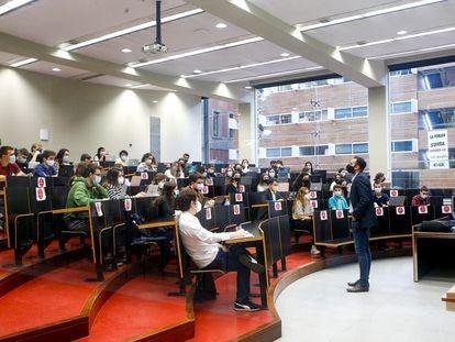 Un profesor imparte clase en la Universidad Pompeu Fabra, el pasado febrero.