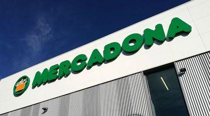 Logo de Mercadona en uno de los supermercados de la compañía.