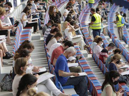 Cerca de 3.000 personas se examinaron recientemente de sus oposiciones en las gradas del estadio Ciutat de València, del Levante UD.