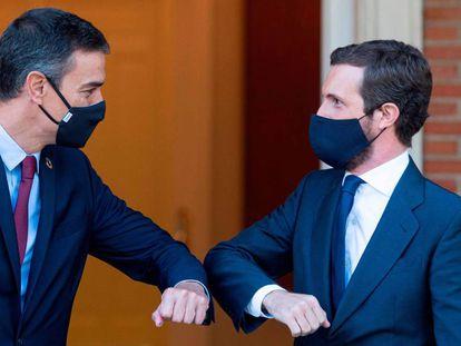 Pedro Sánchez y Pablo Casado se saludan antes de comenzar una reunión en La Moncloa, en septiembre de 2020.